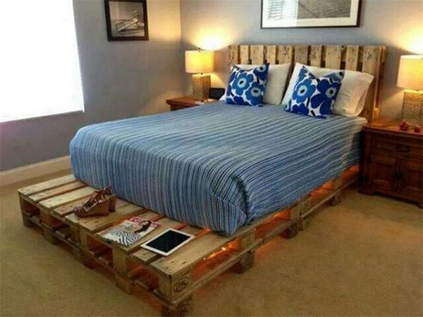 кровать из деревянных поддонов