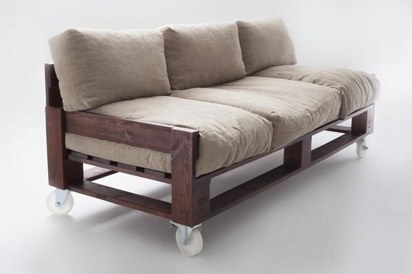 Диван на колесиках из деревянных паллет и подушек