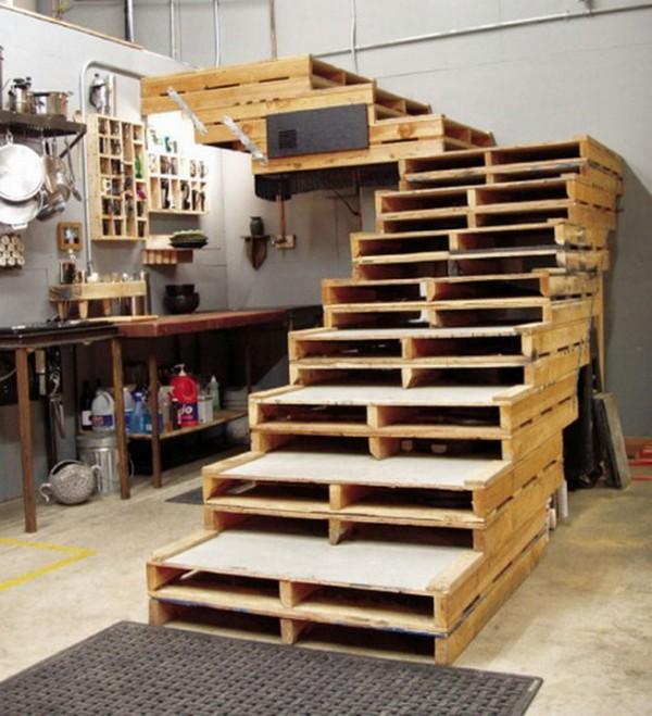 Лестница из деревянных поддонов