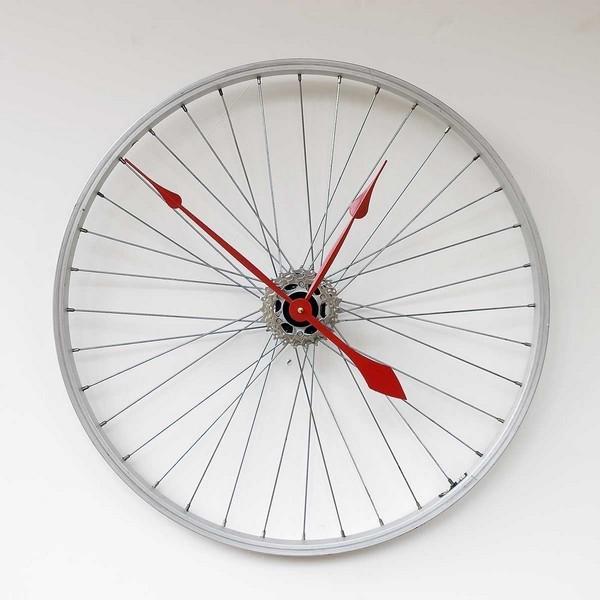 Оригинальные настенные часы из велосипедного колеса