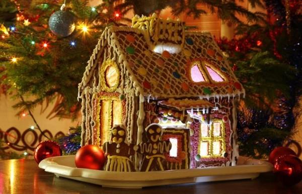 Как украсить новогодний пряничный домик