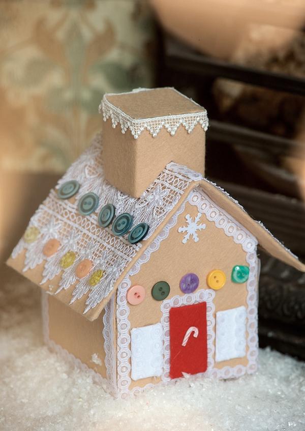 Пряничный домик из картона, фетра, кружев и пуговиц