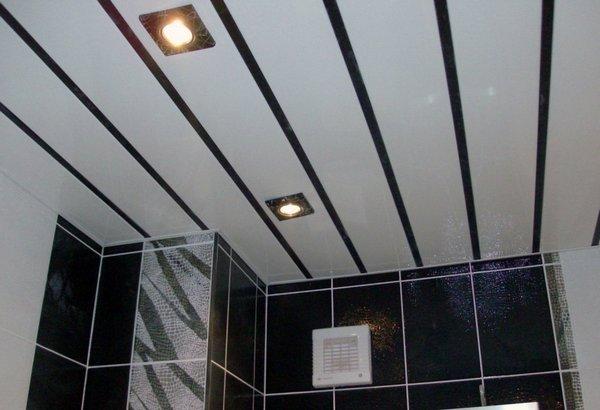 Преимущества потолков из пластиковых панелей