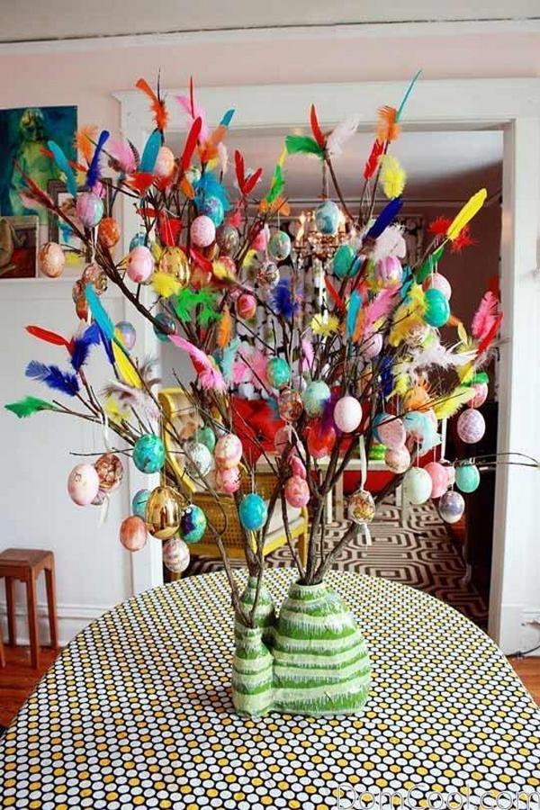 Дерево из цветных перьев и декоративных яиц