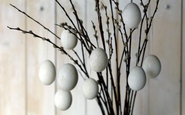 Деревце из веток вербы и яиц на Пасху