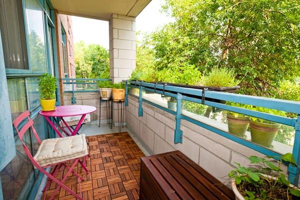 Розовый столик для яркого балкона