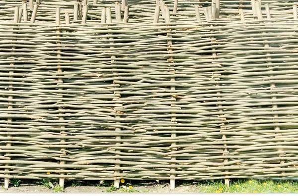Плетень-частокол на даче фото