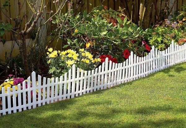 Белый деревянный заборчик для ограждения клумб