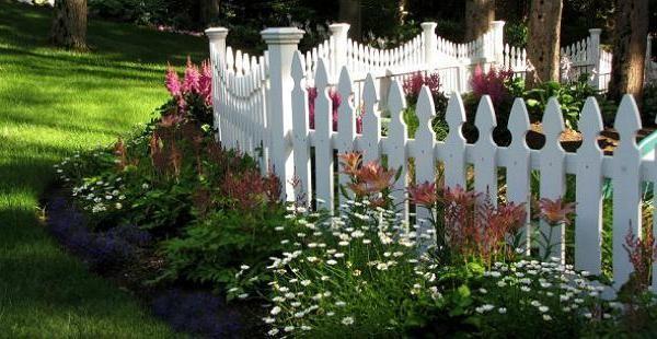 Белый деревянный заборчик для клумб и цветников