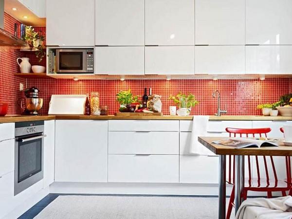 Глянцевая белая кухня с контрастным фартуком в скандинавском стиле