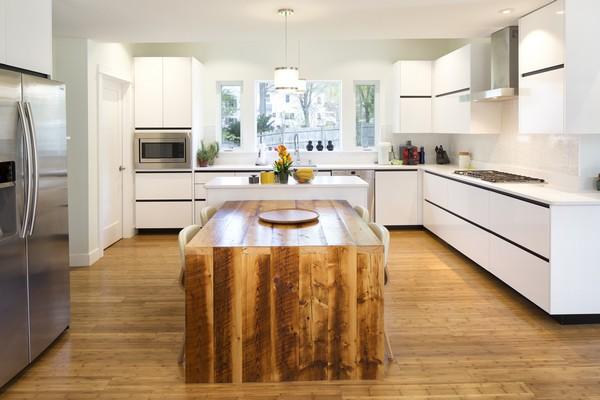 Деревянный стол в скандинавской кухне