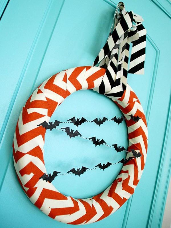 Украшение входной двери венком на Хэллоуин фото