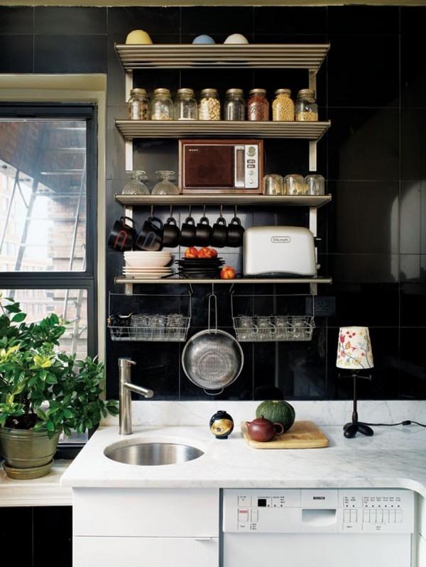 Открытые полки для хранения на кухне