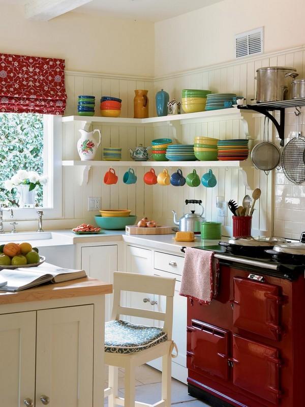 Открытые полки для посуды экономят место на кухне