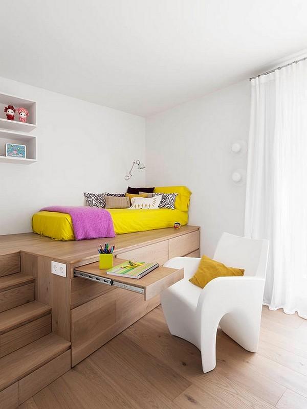 Мини-кабинет с выдвижным столиком в подиуме спальни