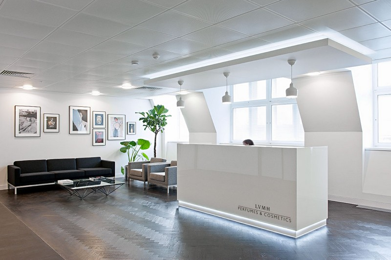 Приемная современного офиса в светлых тонах