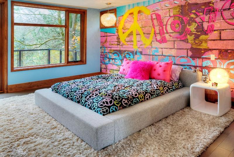 Граффити в интерьере спальни на кирпичной стене