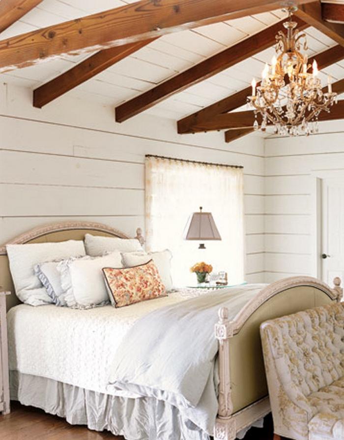 Спальня в мансарде с двускатной крышей фото