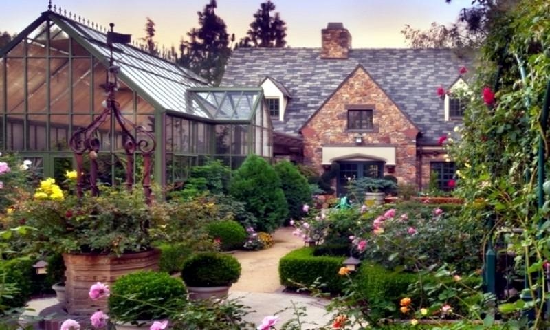 Дом с пейзажным дизайном сада
