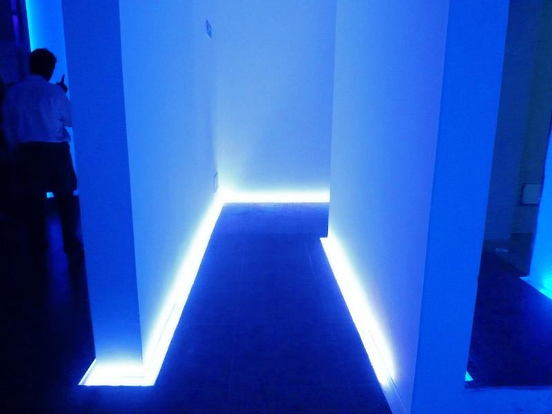 подсветка пола в коридоре фото