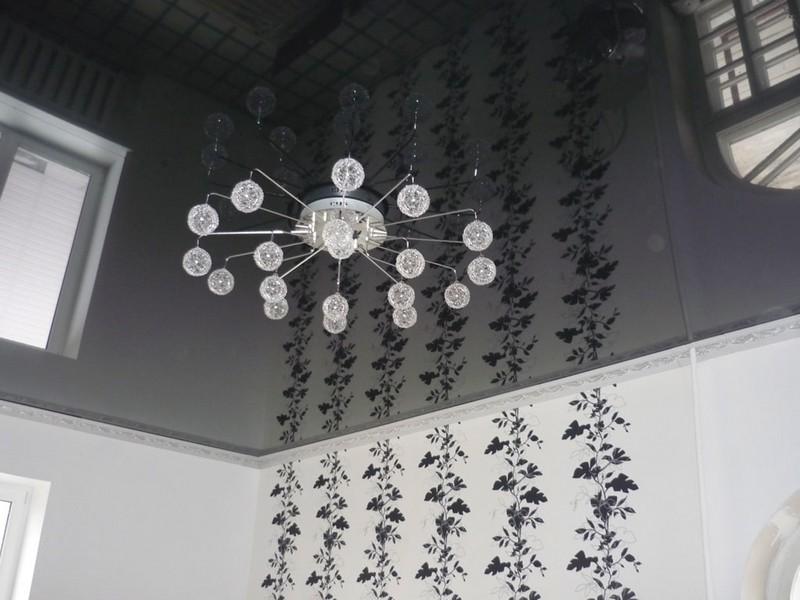 черный зеркальный потолок фото