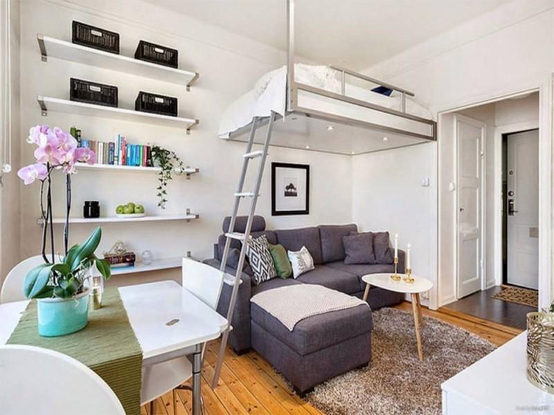 двуспальная кровать под потолком фото