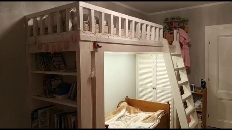 кровать чердак под потолком фото