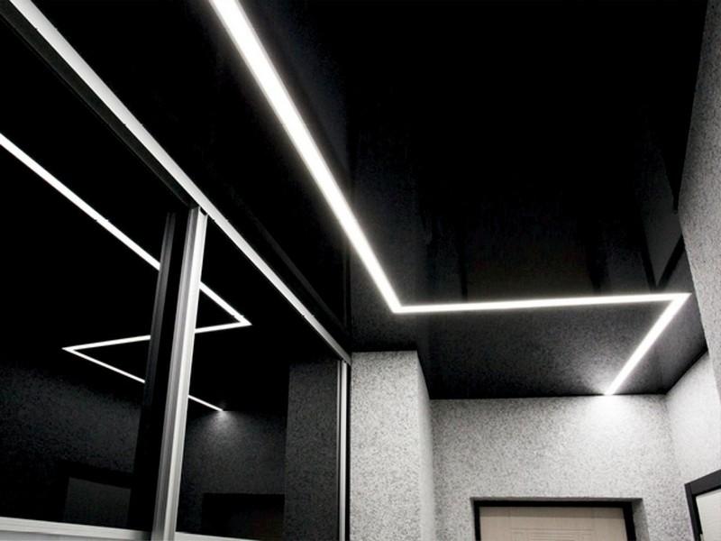 черный потолок со световыми линиями фото