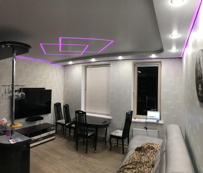 цветные световые линии на потолке фото