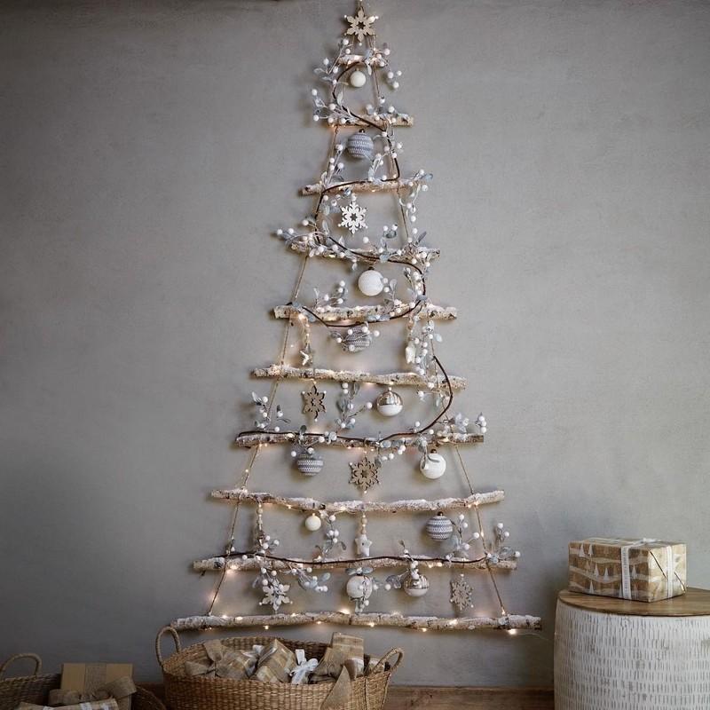 елка из гирлянды на стене фото