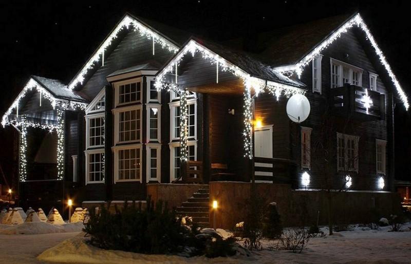 украшение фасада дома на новый год фото