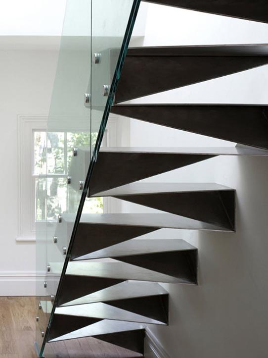 Дизайн лестницы с перилами из стекла