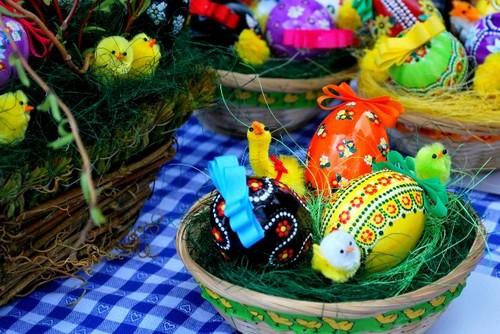 Разноцветные пасхальные яйца в корзинке