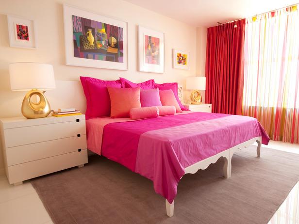 Интерьер в спальне в романтическом стиле.