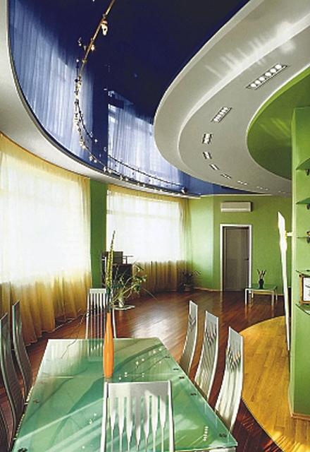 Натяжные потолки в гостиную фото