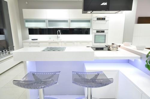 Освещение черно-белой кухни