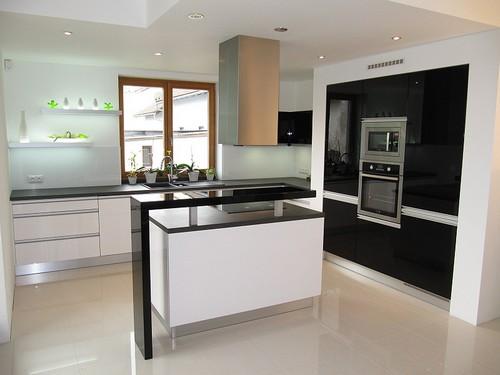 Черно-белый цвет кухни
