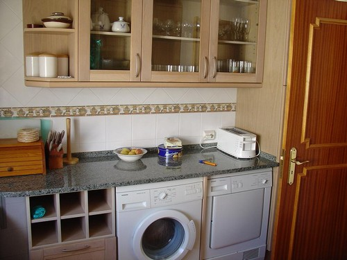 Интерьер кухни со встроенной