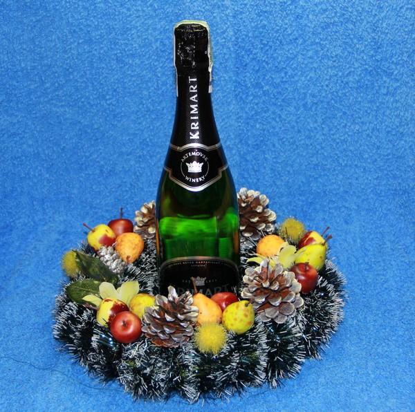 Новогодние композиции - шампанское в рождественском венке