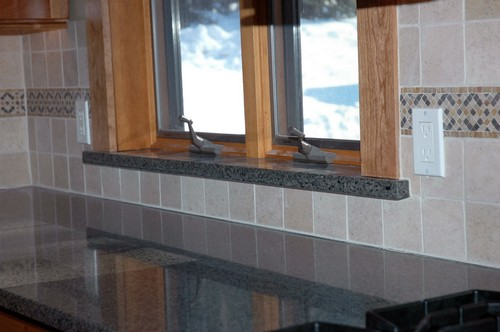 Мраморные подоконники и столешницы на кухне