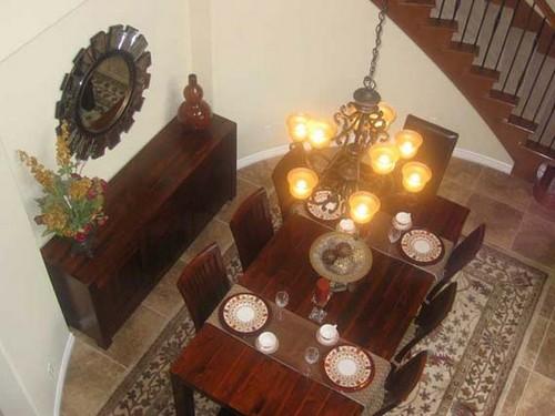 Ковер под обеденный стол в интерьере столовой