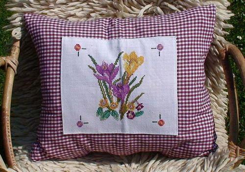 Декоративная подушка с пасхальной вышивкой
