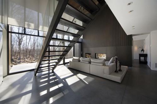 Подиум с диваном в интерьере гостиной
