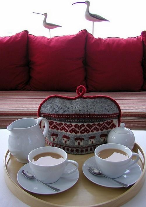 Вязаная грелка на чайник поддерживает цветовую гамму интерьера