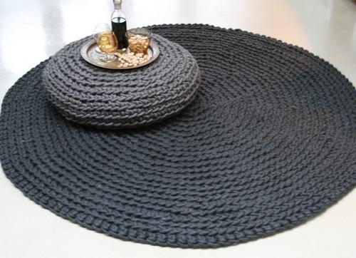 Вязаные коврики и подушки в современном интерьере