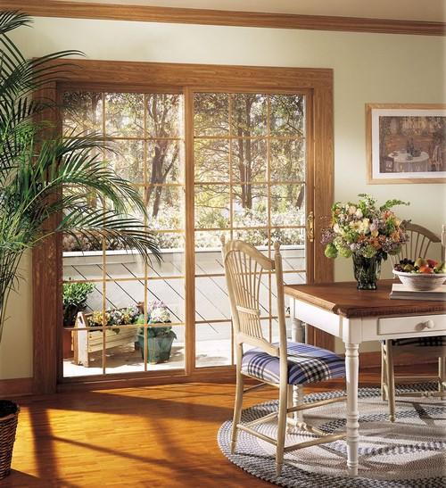 Двери на балкон со стеклянными вставками