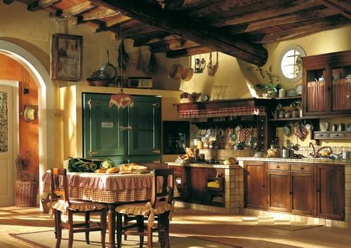 Интерьер классической кухни с фасадами из массива