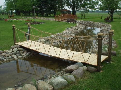 Подвесной мостик в саду