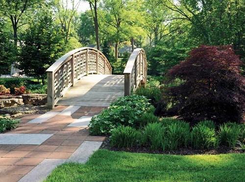Деревянный садовый мостик изогнутой формы
