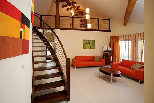 Яркий и стильный интерьер двухуровневой квартиры